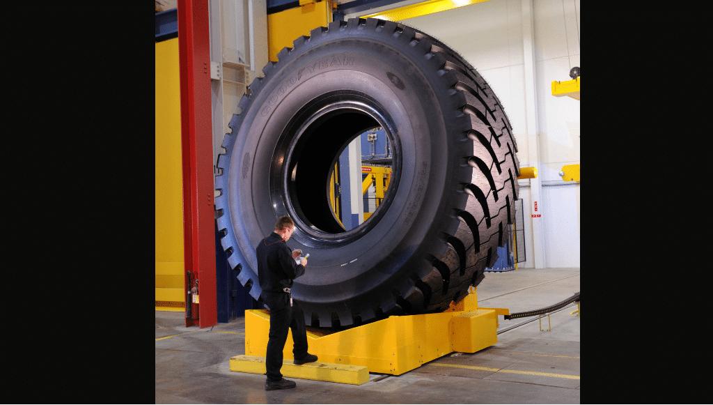 RM-4A+: o pneu da Goodyear que mede e pesa o mesmo do que um elefante
