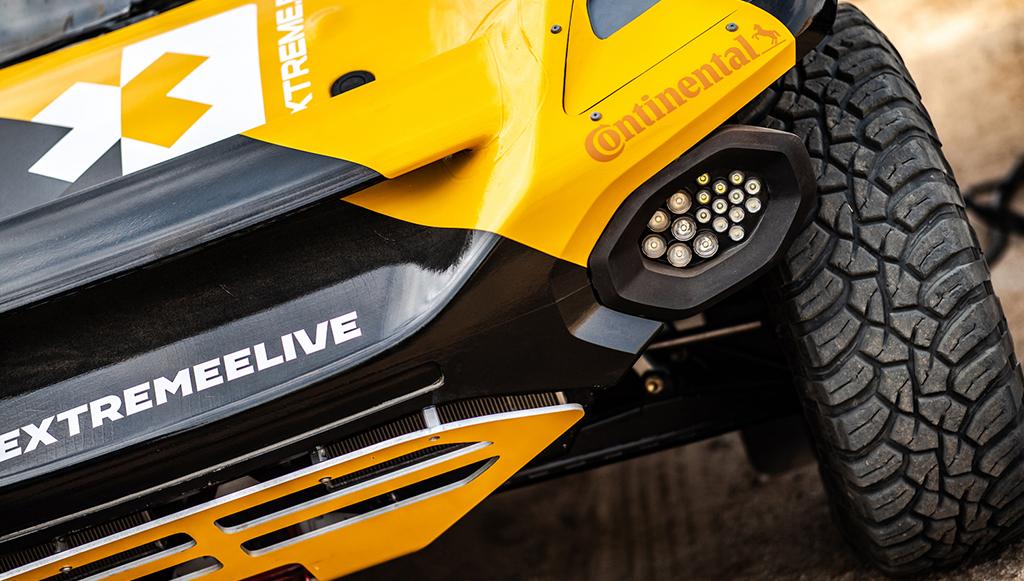 Lewis Hamilton conduzido por pneus Continental