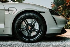 11 - Porsche-Taycan-desfila-com-pneus-Elect-da-Pirelli